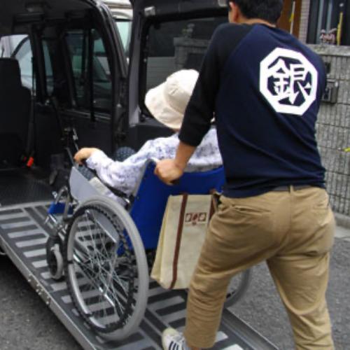車椅子を押す写真